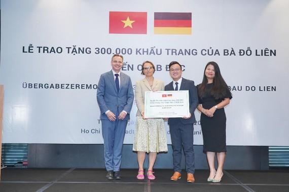Bà Đỗ Liên tặng 300.000 chiếc khẩu trang cho CHLB Đức