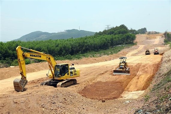 Thi công tại gói thầu số 8 thuộc dự án cao tốc Bắc-Nam trên địa bàn tỉnh Thừa Thiên-Huế. (Ảnh: Huy Hùng/TTXVN)