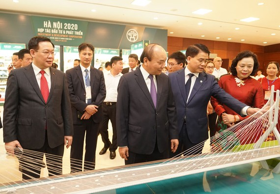 Thủ tướng Nguyễn Xuân Phúc, lãnh đạo TP. Hà Nội và các đại biểu dự Hội nghị. Ảnh: VGP/Quang Hiếu