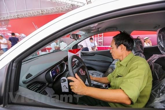 Khách hàng lái thử xe Fadil của VinFast. (Ảnh: Minh Sơn/Vietnam+)