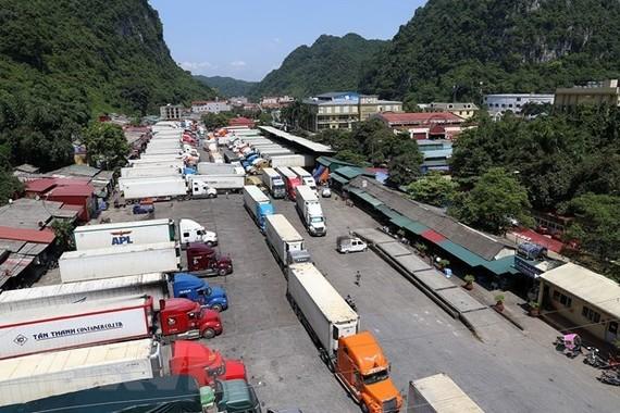 Xe chở hàng hóa xuất khẩu tại cửa khẩu Tân Thanh. (Ảnh: Phạm Hậu/TTXVN)