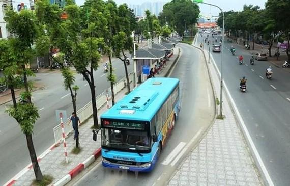 Xe buýt vẫn là phương tiện vận tải công cộng chủ lực của thành phố Hà Nội trong khi chờ các tuyến đường sắt đô thị đưa vào khai thác. (Ảnh: Huy Hùng/Vietnam+)