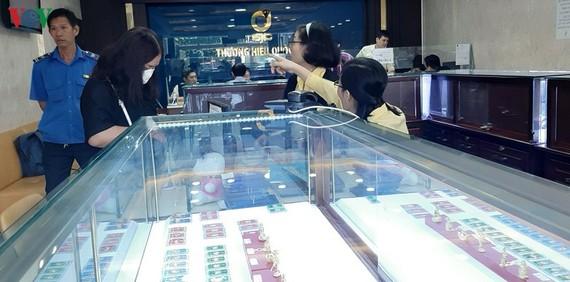 Ít khách giao dịch tại Trung tâm kinh doanh vàng của SJC tại Quận 3, TP HCM sáng 9/7.