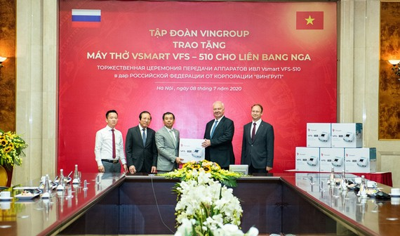 Phó Chủ tịch kiêm Tổng giám đốc Tập đoàn Vingroup Nguyễn Việt Quang trao tặng lô máy thở đầu tiên cho ngài К.V.Vnukov, Đại sứ đặc mệnh toàn quyền Nga tại Việt Nam