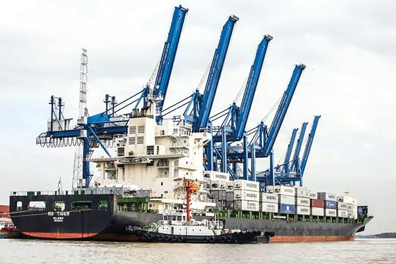 Nền kinh tế Việt Nam có độ mở cao, dựa nhiều vào xuất khẩu, do đó dễ tổn thương với những cú sốc từ bên ngoài. Ảnh: VIẾT CHUNG