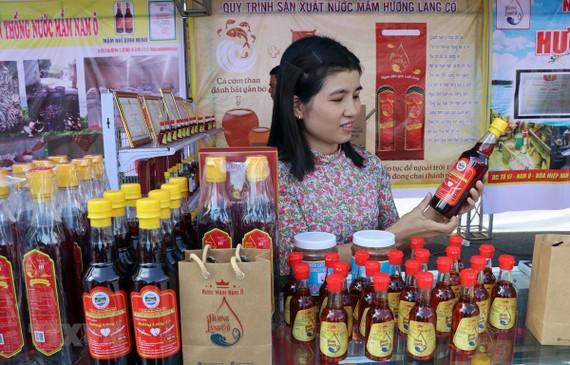 Các sản phẩm nước mắm do làng nghề Nam Ô sản xuất. (Ảnh: Trần Lê Lâm/TTXVN)