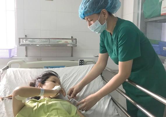 Sản phụ được bác sĩ chăm sóc sau khi phẫu thuật thành công.