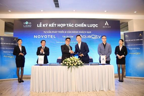 Ông Bùi Xuân Huy – Tổng Giám đóc Tập đoàn Novaland và ông Nguyễn Quý Tuấn – Giám đốc Phát triển Dự án Tập đoàn Accor tại Việt Nam thực hiện nghi thức ký kết hợp tác