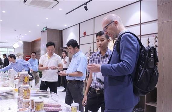 Doanh nghiệp thành phố Hồ Chí Minh giới thiệu sản phẩm cho khách tham quan. (Ảnh: Xuân Anh/TTXVN)