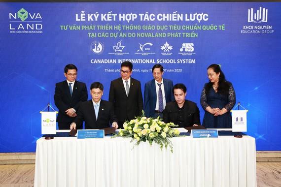 Ông Bùi Phi Hùng – Giám đốc ngành Giáo dục Tập đoàn Novaland và ông Trịnh Quang Khôi Nguyên – Phó Tổng Giám đốc Tập đoàn Khôi Nguyên thực hiện nghi thức ký kết hợp tác