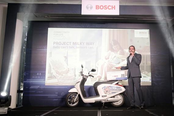 Tổng giám đốc Bosch Việt Nam Guru Mallikarjuna giới thiệu giải pháp vận chuyển an toàn sữa mẹ từ nơi làm việc về nhà.