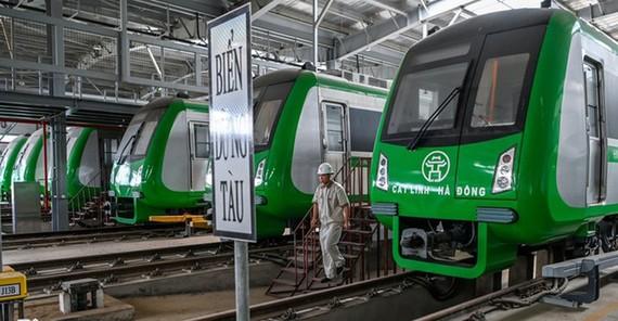 Chuyên gia Trung Quốc kiểm tra hệ thống đoàn tàu, toa xe.