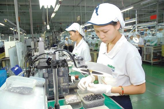 Sản xuất thiết bị điện tại Công ty Nidec Tosok trong Khu chế xuất Tân Thuận (TPHCM). Ảnh: CAO THĂNG