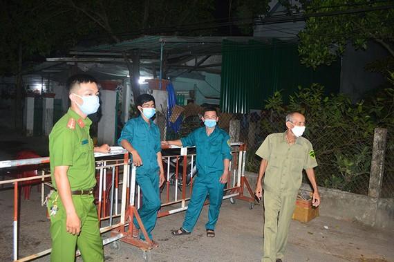Lực lượng chức năng trắng đêm canh chốt tại khu vực BN 419 sinh sống.