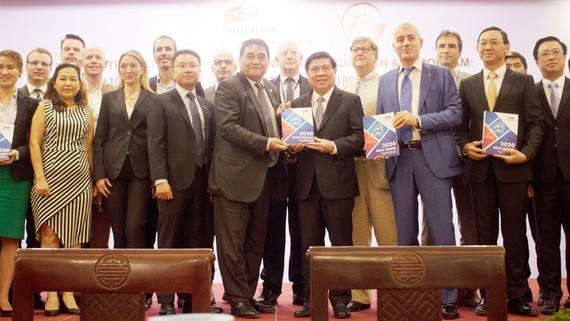 Lãnh đạo TPHCM và EuroCham tại lễ ra mắt Sách Trắng 2020. Ảnh: ĐÌNH DƯ