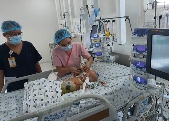 Cặp song sinh Trúc Nhi-Diệu Nhi được chăm sóc tích cực tại Bệnh viện Nhi đồng Thành phố Hồ chí Minh. (Ảnh: Đinh Hằng/TTXVN)