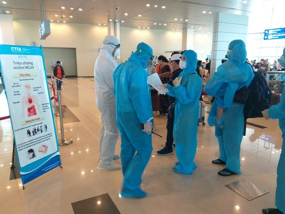Hành khách trên chuyến bay VJ701 từ Đà Nẵng về Cần Thơ ngày 27-7 chờ làm thủ tục khai báo y tế và lấy mẫu xét nghiệtm - Ảnh: T. LŨY