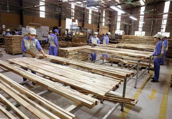 Sản xuất sản phẩm đồ gỗ xuất khẩu sang thị trường EU của Công ty CP WOODSLAND Tuyên Quang. (Ảnh: Vũ Sinh/TTXVN)