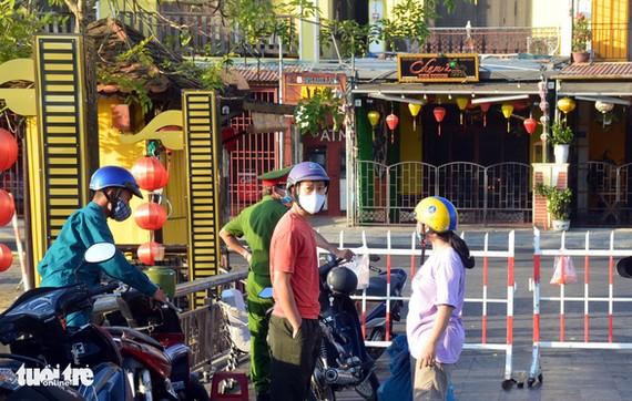 Lực lượng chức năng chốt chặn ở các lối vào phố An Hội (Hội An) ngày 30-7 - Ảnh: B.D.