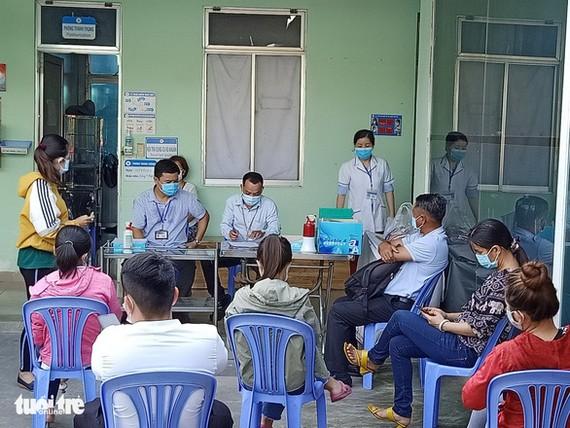 Người dân chờ xét nghiệm COVID-19 tại Trạm y tế phường Hiệp Bình Chánh, Q. Thủ Đức, TP.HCM - Ảnh: HOÀNG THÁI