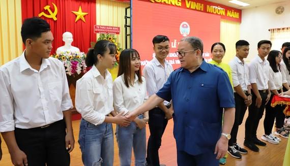 Ông Thào Xuân Sùng, Chủ tịch Hội Nông dân VN, chúc mừng những hội viên mới, là những sinh viên ở Trà Vinh