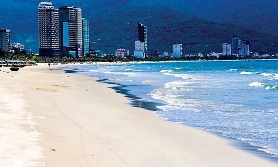 Bãi biển Đà Nẵng vắng khách du lịch.