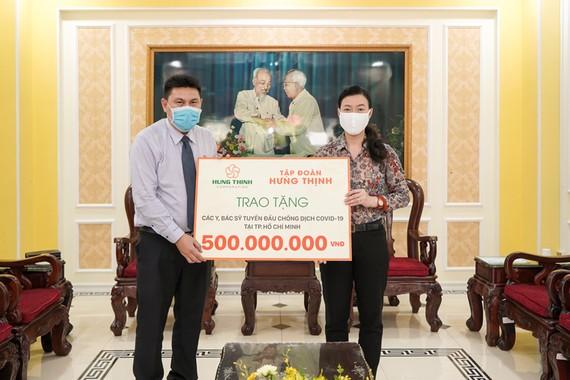 Ông Nguyễn Nam Hiền, Phó Tổng Giám đốc Tập đoàn Hưng Thịnh trao tặng 500 triệu đồng cho đội ngũ y, bác sĩ tuyến đầu chống dịch Covid-19 tại TPHCM thông qua Ủy ban MTTQ Việt Nam TPHCM