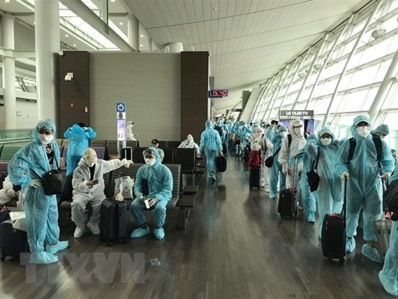 Công dân Việt Nam chờ lên máy bay trở về nước, tại sân bay Incheon, Hàn Quốc. (Ảnh: TTXVN phát)