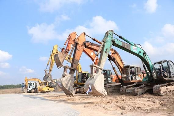Nhiều máy móc phục vụ thi công dự án Khu tái định cư Lộc An-Bình Sơn. (Ảnh: Công Phong/TTXVN)