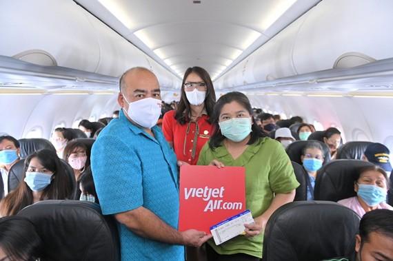 Ca sỹ Thái Lan GunGun biểu diễn khai trương đường bay mới của Thai Vietjet