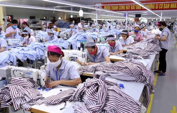 Công ty TNHH KH Vina chuyên may gia công sản phẩm quần áo bảo hộ lao động và áo sơ mi xuất khẩu sang thị trường Hàn Quốc. (Ảnh: Vũ Sinh/TTXVN)