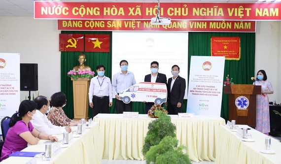 Ông Nguyễn Duy Long, Giám đốc Trung tâm Cấp cứu 115 TPHCM tiếp nhận 2 xe cấp cứu do Tập đoàn Novaland tài trợ