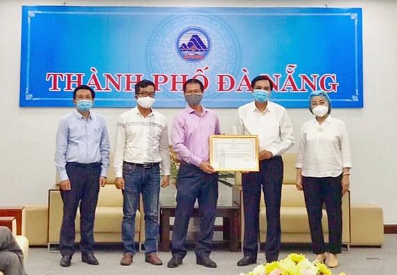Ông Phạm Ngọc Bình – Phó Chủ tịch HĐQT Tập đoàn PPC An Thịnh trao tặng thiết bị y tế cho lãnh đạo TP Đà Nẵng