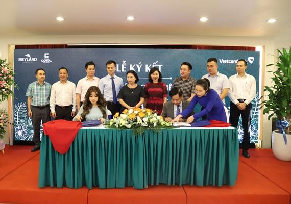 Bà Nguyễn Phương Anh - Phó Tổng Giám đốc Meyland và ông Trần Mạnh Hùng – Giám đốc Vietcombank Hưng Yên ký kết thỏa thuận hợp tác toàn diện