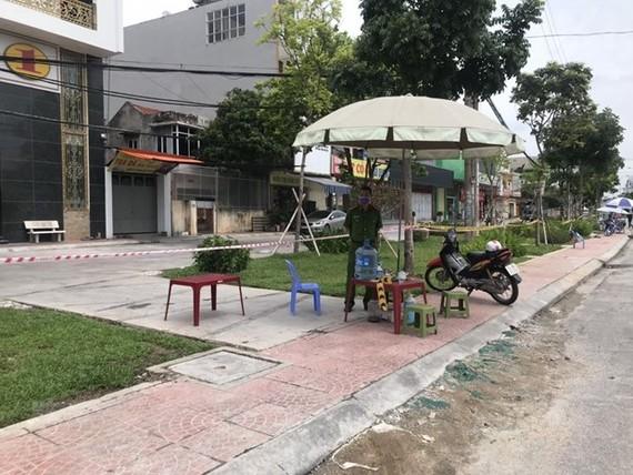Chốt kiểm soát tại khu vực xung quanh nhà số 36 phố Ngô Quyền, thành phố Hải Dương. (Ảnh: Mạnh Tú/TTXVN)