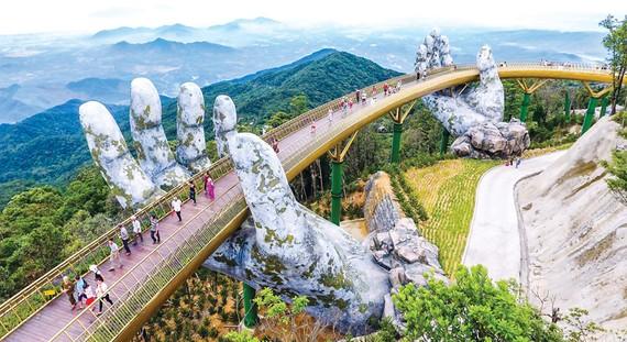 Cầu Vàng trên đỉnh Bà Nà - điểm du lịch nổi tiếng tại Đà Nẵng.