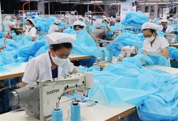Công nhân sản xuất hàng dệt may xuất khẩu. (Ảnh: Hoàng Nguyên/TTXVN)