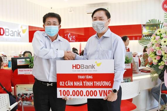 Ông Trần Thái Hòa- Phó Tổng giám đốc HDBank trao kinh phí xây dựng 02 căn nhà tình thương cho bà con nghèo tỉnh Ninh Thuận cho ông Hồ Chu Vân - Giám đốc NHNN tỉnh Ninh Thuận.