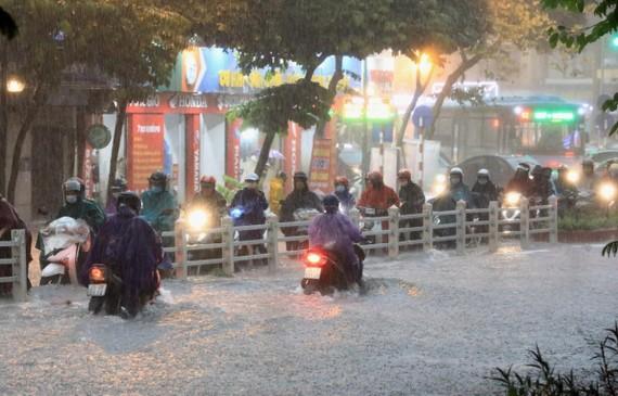 Mưa lớn gây ngập úng trên phố Điện Biên Phủ, Hà Nội. (Ảnh: Thành Đạt/TTXVN)