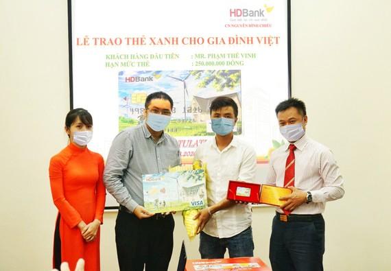 """HDBank trao """"Thẻ Xanh cho gia đình Việt"""" cho khách hàng đầu tiên tại TPHCM."""