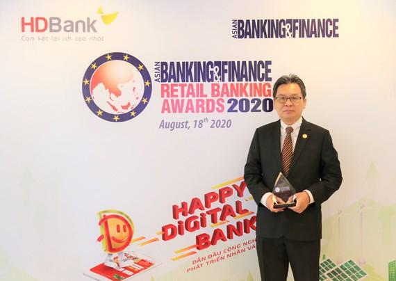 Ông Trần Hoài Phương, Giám đốc Khối Khách hàng doanh nghiệp, đại diện HDBank nhận giải.