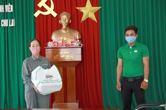 Huda tặng quà cho người dân khó khăn do ảnh hưởng dịch Covid-19 tại Quảng Nam.