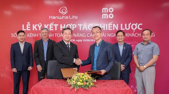 Hanwha Life Việt Nam hợp tác Momo và Payoo