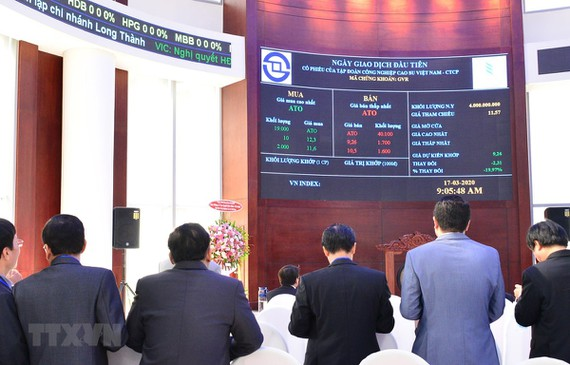 Phiên giao dịch đầu tiên của cổ phiếu GVR. (Ảnh minh họa: Hứa Chung/TTXVN)