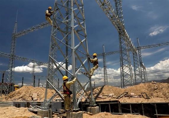 Công nhân Công ty Truyền tải điện 3 kểm tra, giám sát kỹ thuật xây lắp. (Ảnh: Ngọc Hà/TTXVN)