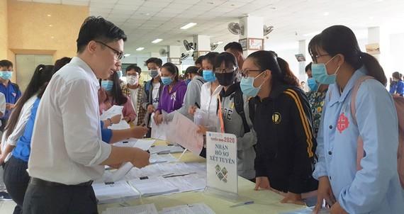 Các thí sinh làm thủ tục nhập học ở Trường ĐH Trà Vinh