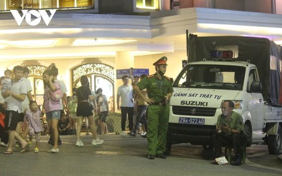 Trong phố đi bộ luôn có mặt lực lượng công an trật tự túc trực ở các chốt điểm quan trọng.