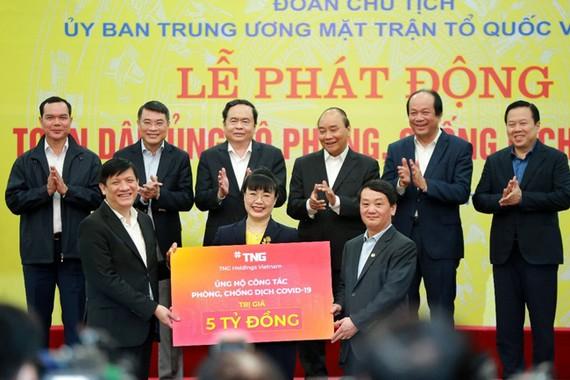 """Đại diện Tập đoàn TNG Holdings Vietnam ủng hộ 5 tỷ đồng vào Quỹ """"Phòng chống dịch Covid-19"""""""
