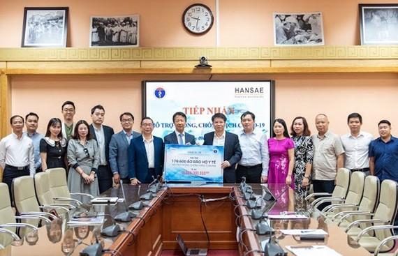 Hansae trao tặng áo choàng y tế trị giá 16 tỷ đồng cho Bộ Y tế