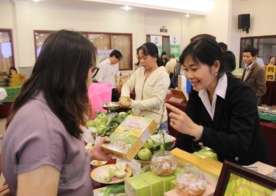Trưng bày sản phẩm nông nghiệp chất lượng cao tại hội nghị. (Ảnh: Hứa Chung/TTXVN)